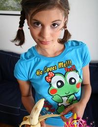 Dark haired teen girl Patricia masturbates for you